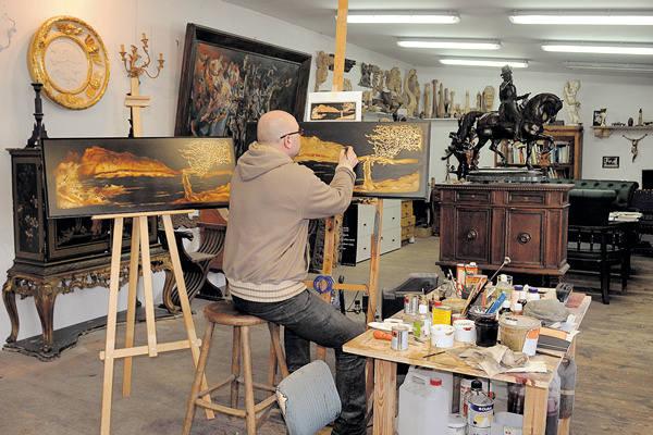 U mistrza z Tuszyna meble rodzą się w klimacie, jaki daje obecność różnych dzieł sztuki.