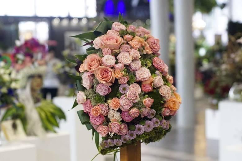 - Kolor roku 2019 według Pantone to Living Coral, ale niekoniecznie ma to swoje odzwierciedlenie w kwiatowych kompozycjach – zaznacza Anita Kociubińska