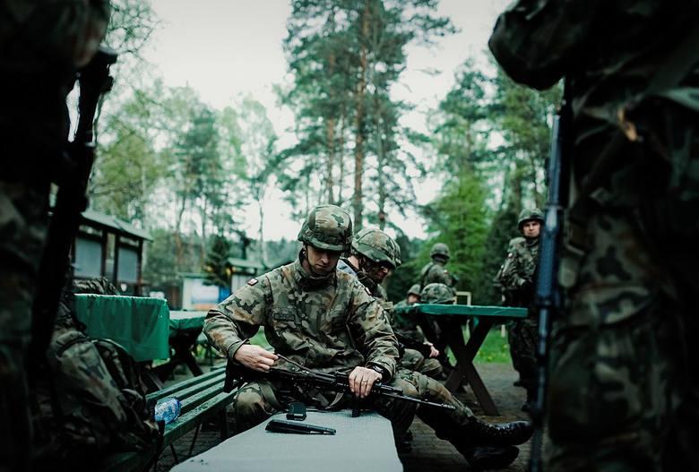 Umundurowana przystąpiłam niezwłocznie do szkolenia  zakończonego egzaminem z BHP i obsługi broni. Pierwszy raz poczułam jak ciężki jest karabinek MSBS