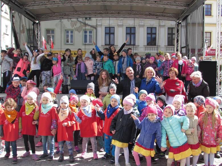 Wszyscy uczestnicy festiwalu pozują przed sceną