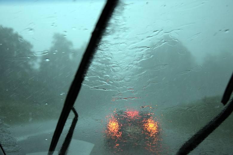 Ulewny deszcz znowu nawiedził Miastko i okolice. Do tego wystąpił porywisty wiatr, który m.in. przewrócił drzewo na drogę krajową nr 20 niedaleko miejscowości