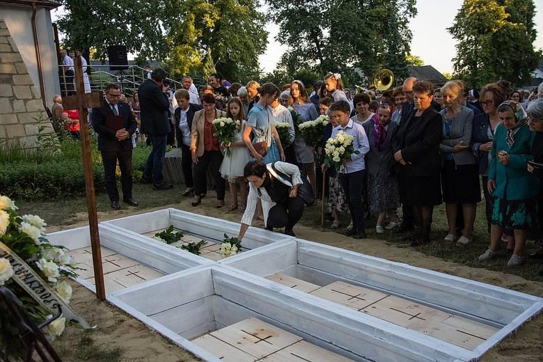 Złożone do trumien szczątki zmarłych spoczęły we wspólnym grobowcu w centralnej części cmentarza w Jeżowem
