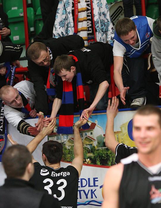 Na wyjeLdzie druzyna Energa Czarni Slupsk pokonala Kotwice Kolobrzeg 62:64.