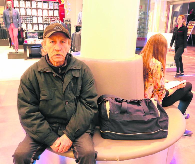 W łaźni Caritasu dla bezdomnych Andrzej znalazł nie tylko zajęcie. Czuje się potrzebny innym i rozumie ich sytuację.