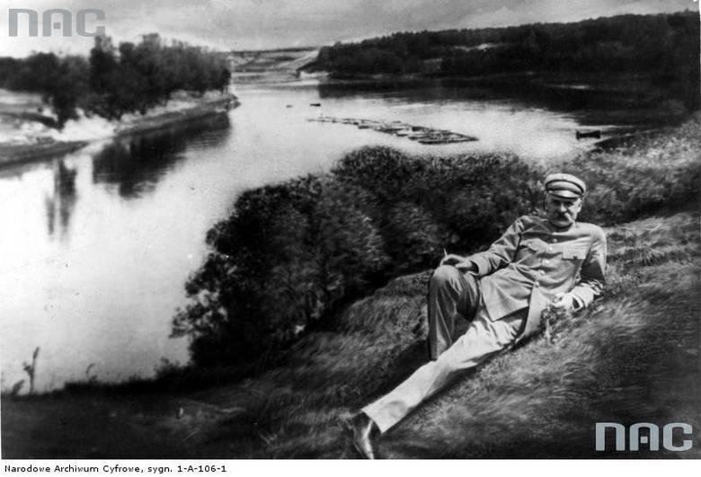 Józef Piłsudski leży na trawie nad brzegiem Niemna.