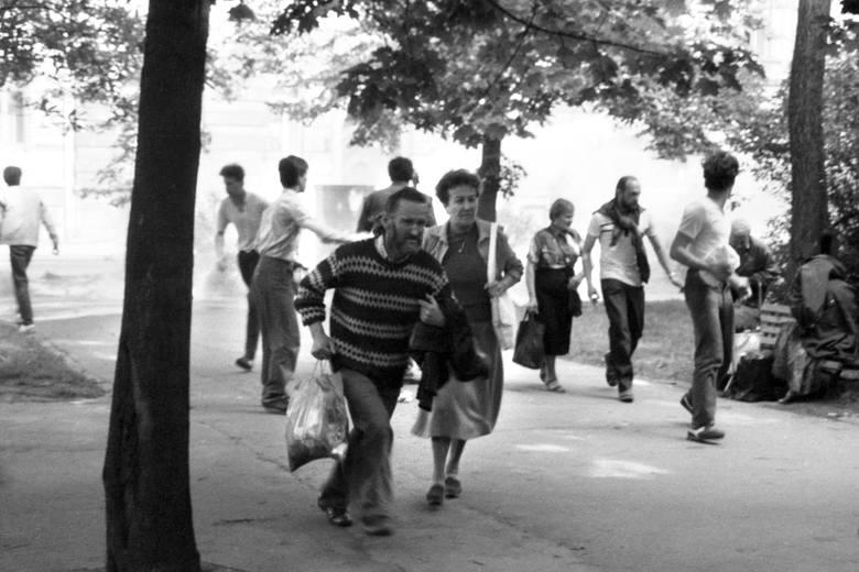 Kiedy tylko walki na ul. Dominikańskiej ustawały, z bramy wychodziła starsza pani i nie bacząc na oddziały ZOMO, po prostu sprzątała chodnik