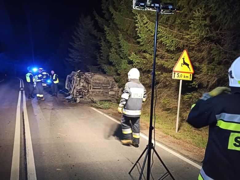 W piątek tuż przed godz. 1 w nocy służby ratunkowe otrzymały zgłoszenie o wypadku drogowym na drodze wojewódzkiej nr 881 w Maćkowicach pod Przemyślem.