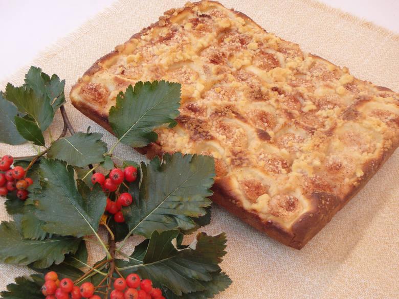 Ciasto drożdżowe z jabłkami i kruszonką od Koła Gospodyń Wiejskich z GłogoczowaSkładniki na ciasto 1/2 kg mąki pszennejok. 1,5 litra mleka5 dag drożdży1/3
