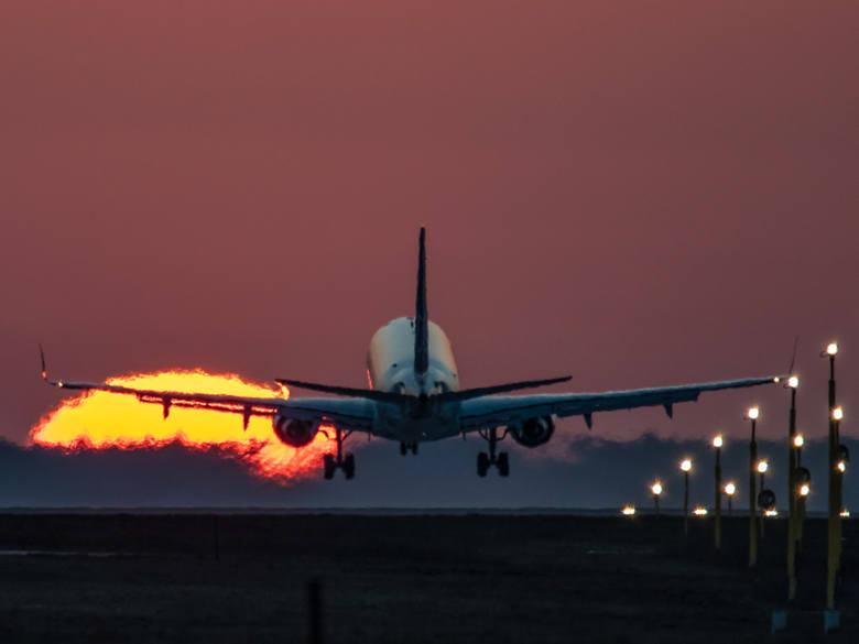 Embraer 170 Polskich Linii Lotniczych LOT chwilę przed przyziemieniem na drodze startowej pyrzowickiego lotniska.