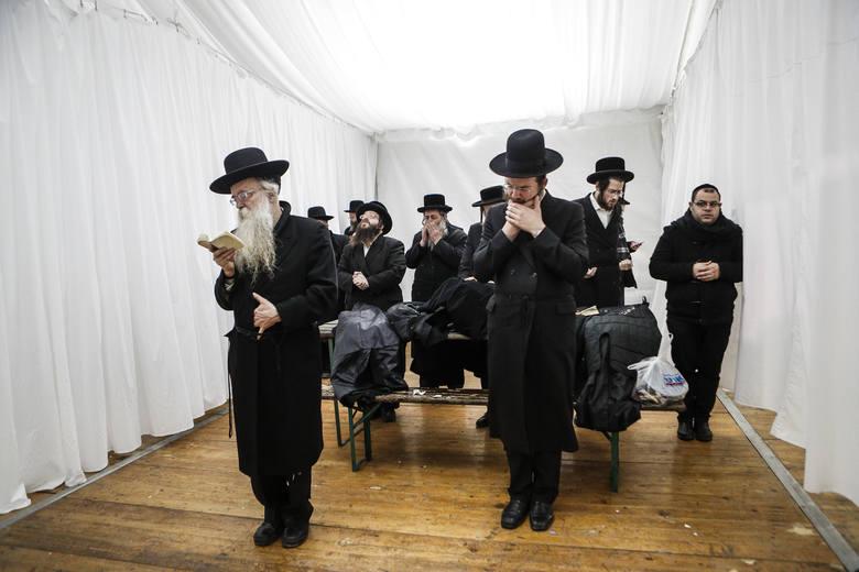 Chasydzi zgodnie z tradycją co roku odwiedzają znajdujący się w Leżajsku grób cadyka Elimelecha Weissbluma.obacz też nasze archiwalne wideo: