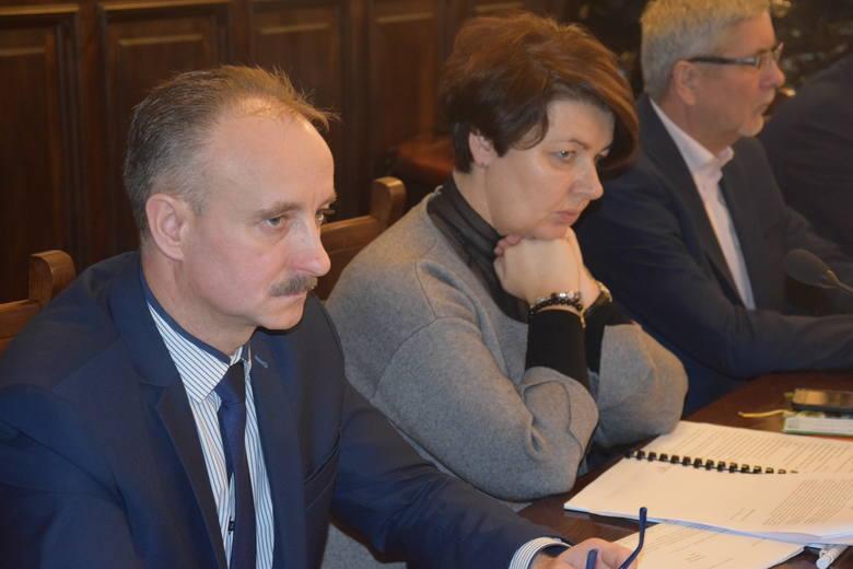Sesja rady powiatu. Z lewej Andrzej Sabiniarz.