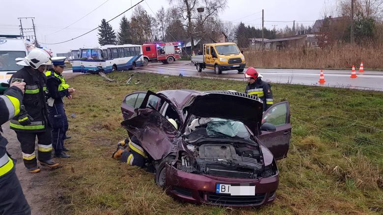 Kierujący skodą 19-latek jadąc z m. Markowszczyzna do m. Tołcze na skrzyżowaniu z drogą wojewódzką nr 678 wymusił pierwszeństwo jadącemu autobusem P