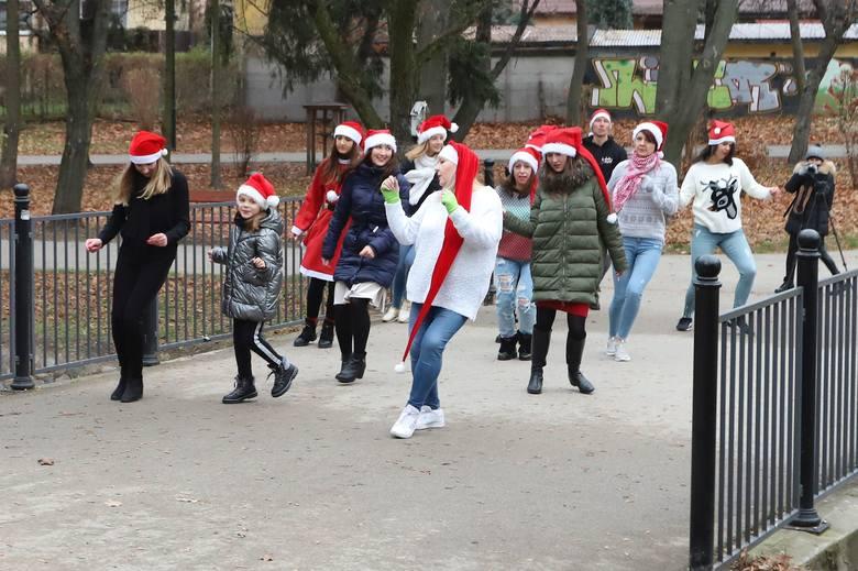 W niedzielę, 6 grudnia radomski instruktor tańca Marcin Strzelecki zorganizował Mikołajkowy Challenge Jerusalema.>
