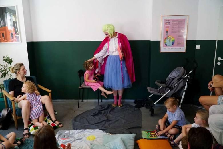 """Lola czytała dzieciom książkę """"Nietypowy Adaś"""". To historia chłopca, któremu wyrosły skrzydła"""