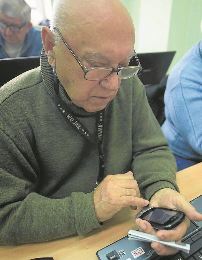 Łodzianin, 90-letni Longin Grodzki, od soboty uczy się na kursie komputerowym dla seniorów serfowania w sieci.