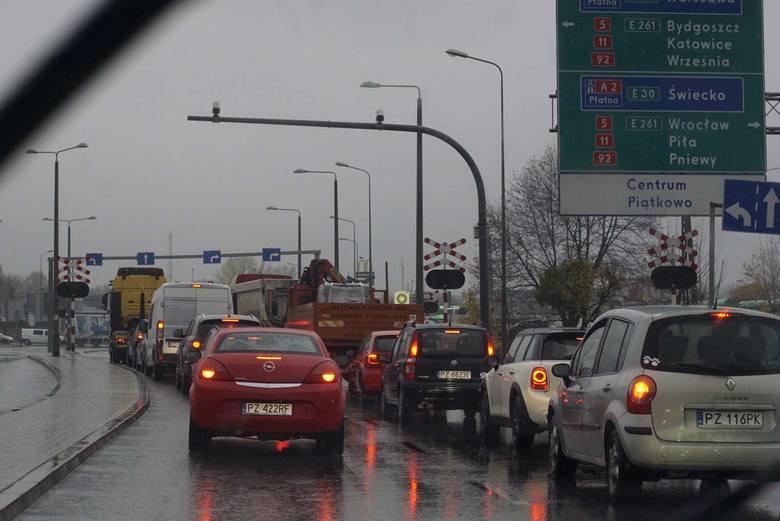 """Na ulicach Gdyńskiej i Bałtyckiej kierowcy tkwią w ogromnych korkach. Autobusy MPK notują olbrzymie opóźnienia. Jeżdżą według rozkładu """"na chybił trafił"""","""