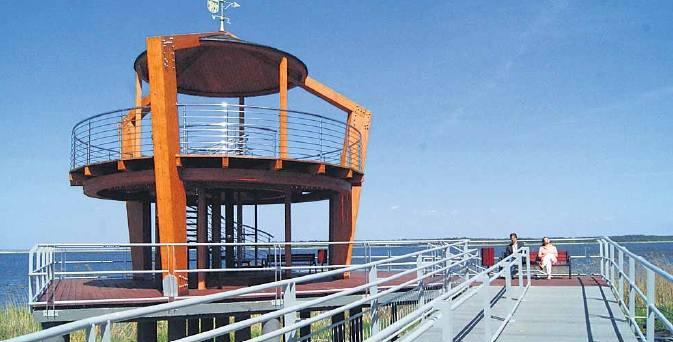 Z wieży widokowej można podziwiać panoramę, wypocząć na ławeczkach, chłodzić się wiatrem od strony Zalewu Szczecińskiego.