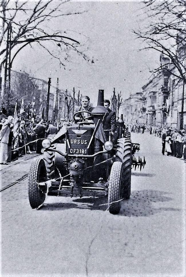 Pochód 1 maja 1947 r. na al. Wojska Polskiego z nowo wyprodukowanymi bronami na traktorze