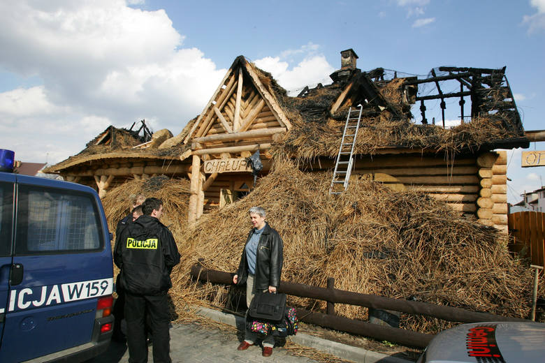 Policja nie wyklucza na razie żadnej z wersji, także tej, że było to podpalenie. Na zdjęciu biegły z zakresu pożarnictwa z policją na pogorzelisku.