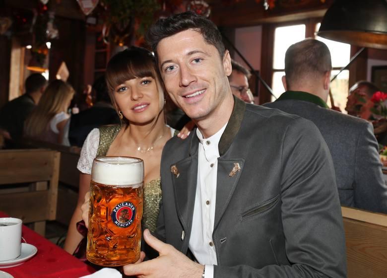 Piłkarze i działacze Bayernu Monachium, ubrani w tradycyjne bawarskie stroje, jak co roku pojawili się na Oktoberfeście, chmielnych dożynkach, organizowanych