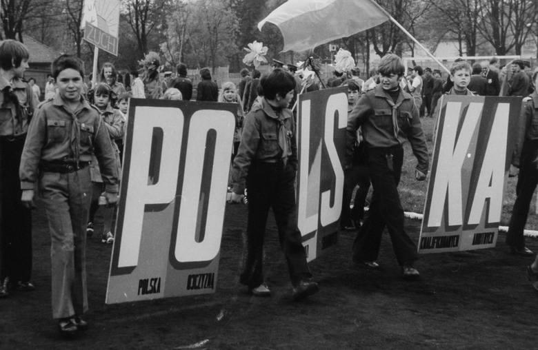 Już podczas pochodów 1 Majowych słowo Polska potrafiło dzielić...