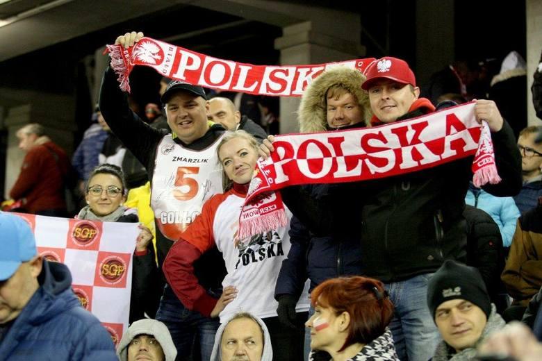 Kilkanaście tysięcy widzów oklaskiwało Bartosza Zmarzlika, który w sobotę zapewnił sobie tytuł indywidualnego mistrza świata w jeździe na żużlu. ZOBACZ
