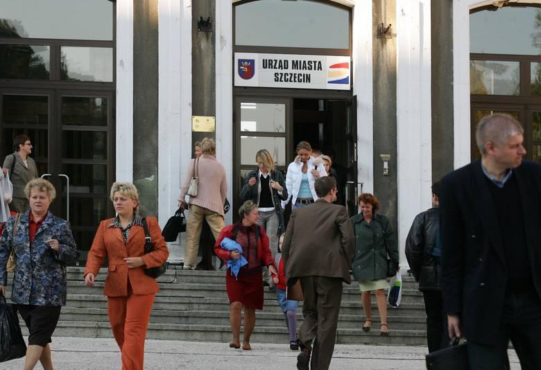 Codziennie o godz. 15.30 magistrat opuszcza 1100 urzędników. Co miesiąc na ich pensje płacimy z podatków prawie 4 mln zł.
