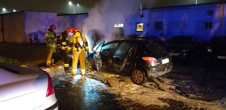 Przed godziną 18 na parkingu przed blokiem przy alei Niepodległości 18 w Inowrocławiu palił się samochód. Na miejsce przybyli strażacy, którzy ugasili