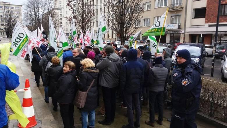 Protest pracowników ośrodków doradztwa rolniczego przed ministerstwem rolnictwa [zdjęcia]