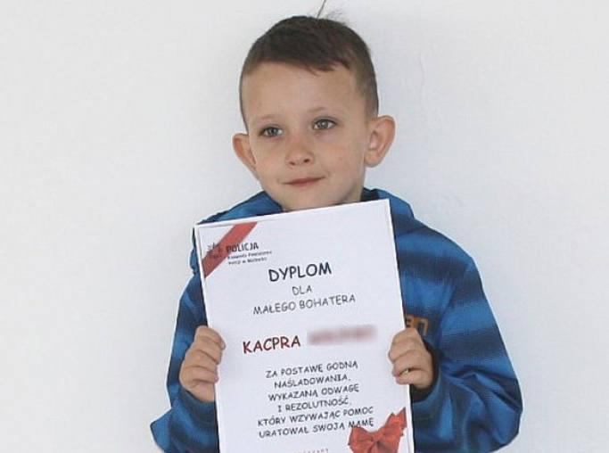 6-latek z Malborka uratował mamę. Mały bohater zadzwonił po pomoc na 112 i przekazał informacje, gdy jego mama zemdlała