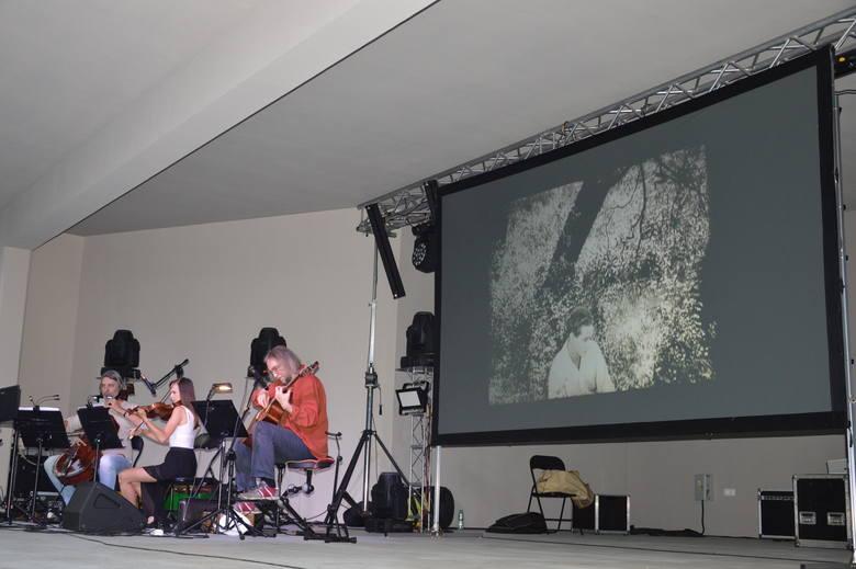 """Folkowy koncert na żywo zespołu Waldemar Rychły Trio dopełnił wczorajszy pokaz niemego filmu z 1929 r. """"Ponad śnieg"""" . Mieszkańcy Żar mogli go obejrzeć"""