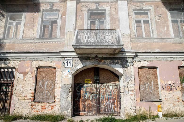 Tak obecnie wygląda kamienica przy ul. Dąbrowskiego 14. Budynek został otoczony siatką zabezpieczającą.