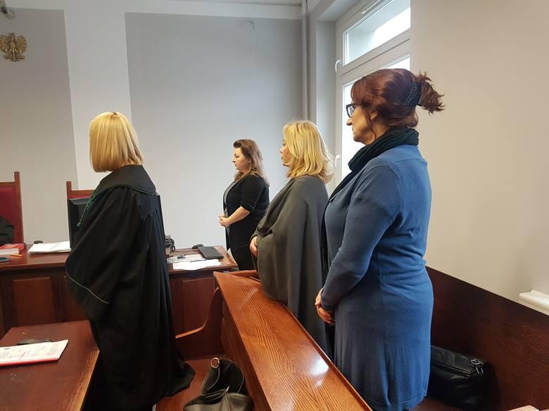 """W piątek Sąd Okręgowy uniewinnił kobiety, które w styczniu ubiegłego roku wspierały Joannę Jaśkowiak podczas przesłuchania, transparentem z napisem """"wk***ona"""". W sądzie obwinione panie mogły liczyć na wsparcie."""