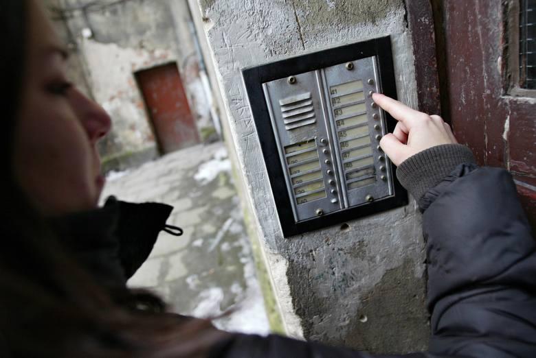 Pozostawianie ogłoszeń na klatkach schodowych czy tablicach na korytarzu w bloku to najprostszy sposób na komunikację między wszystkimi sąsiadami lub