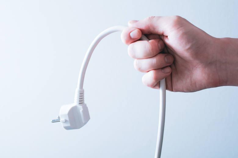 Chcesz zaoszczędzić? Wyjmij to z gniazdka! Te urządzenia pochłaniają najwięcej prądu (LISTA) Ile zapłacisz w skali roku?