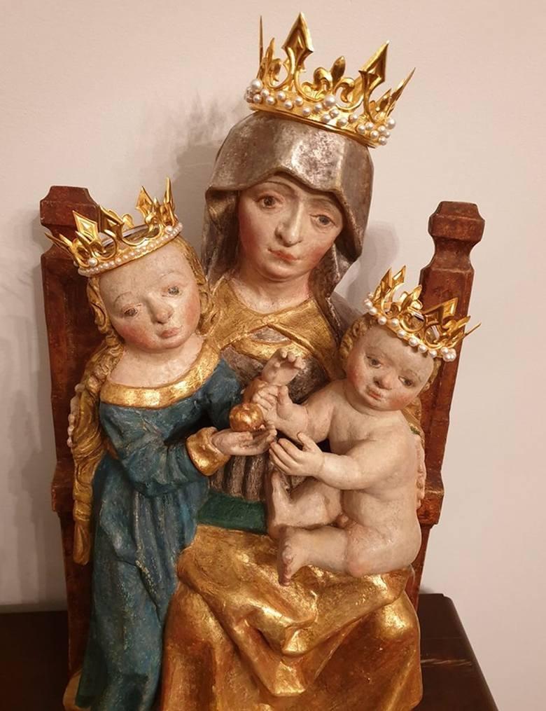 Figura Świętej Anny Samotrzeciej z koronami.