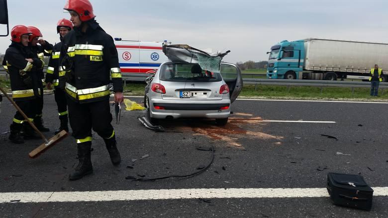 Wypadek na A2: Niemiec pędził zbyt szybko i wbił się w naczepę tira! Został uwięziony... [zdjęcia]