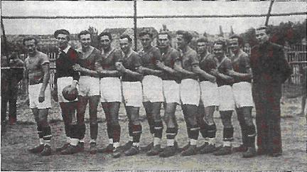 Drużyna Sztormu Szczecin. Zdjęcie zostało zrobione w 1948 roku na Jasnych Błoniach. W tle, za piłkarzami, widać gmach urzędu miasta.