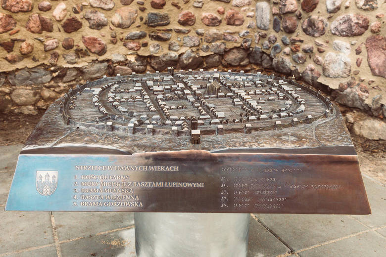 Przy murach koło galerii Rycerska jest makieta Strzelec Krajeńskich wykonana z brązu