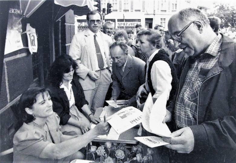 Punkt konsultacji społecznych Unii Wolności na al. Wojska Polskiego w sierpniu 1991 roku, gdzie Anna Bogucka – Skowrońska i Jan Król zabiegali o głosy poparcia w wyborach do senatu i sejmu