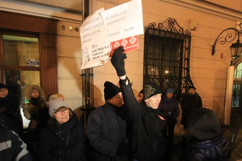 Ogólnopolski Strajk Kobiet. Protesty w Lublinie przed biurem PiS (WIDEO)