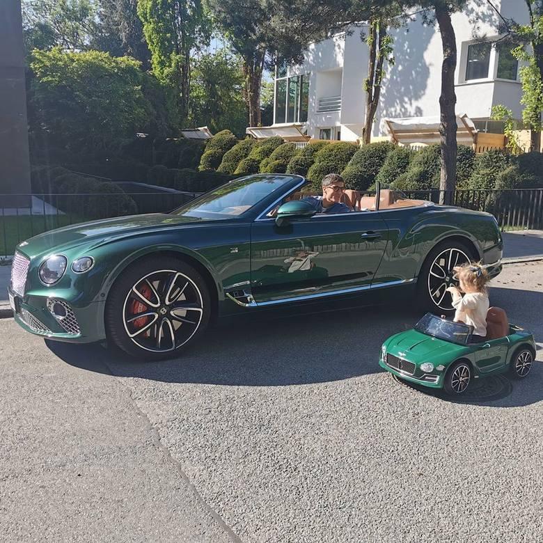 Robert Lewandowski jak każdy czołowy piłkarz ma słabość do luksusowych aut. W ostatnich latach jeździł choćby modelami Maserati, Ferrari, BMW czy Mercedesa.