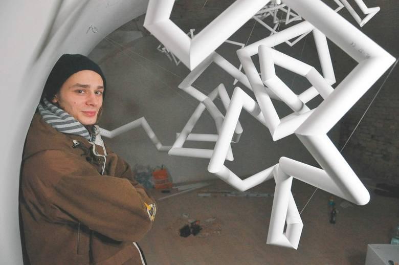"""Jedną z prac, które zobaczymy na wystawie, jest """"Rurociąg"""". Przy jej tworzeniu autor wykorzystał rurki PCV."""