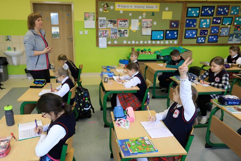 Od 1 kwietnia br. wchodzi w życie podwyżka wynagrodzeń zasadniczych nauczycieli. Według MEN wyniesie ona około 5,8 proc. Ministerstwo zapewnia, że taki
