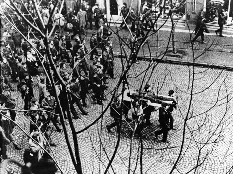 Ciało Janka Wiśniewskiego (Zbyszka Godlewskiego) niesione przez demonstrantów, 1970Grudzień 1970 roku zapisał się w historii jako jedno z najtragiczniejszych