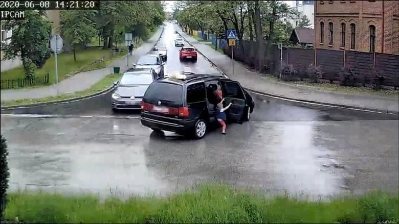 W trakcie jazdy w taksówce, która weszła w zakręt nagle otwierają się drzwi i wypada 4-letni chłopiec. Tuż za taksówką jechało auto dostawcze. Wstrząsające