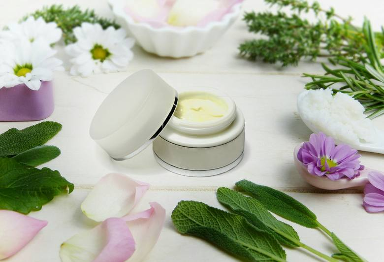Wiele ziół jest powszechnie wykorzystywanych do produkcji kosmetyków. Warto jednak sięgnąć i po same zioła, bez sztucznych dodatków. Zioła możemy wyhodować