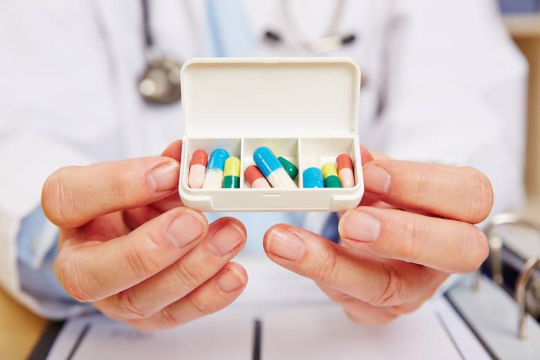 Antybiotyki są to leki, które zwalczają komórki bakteryjne przez wpływanie na ich metabolizm. W naszej świadomości funkcjonują one jako leki pomocne