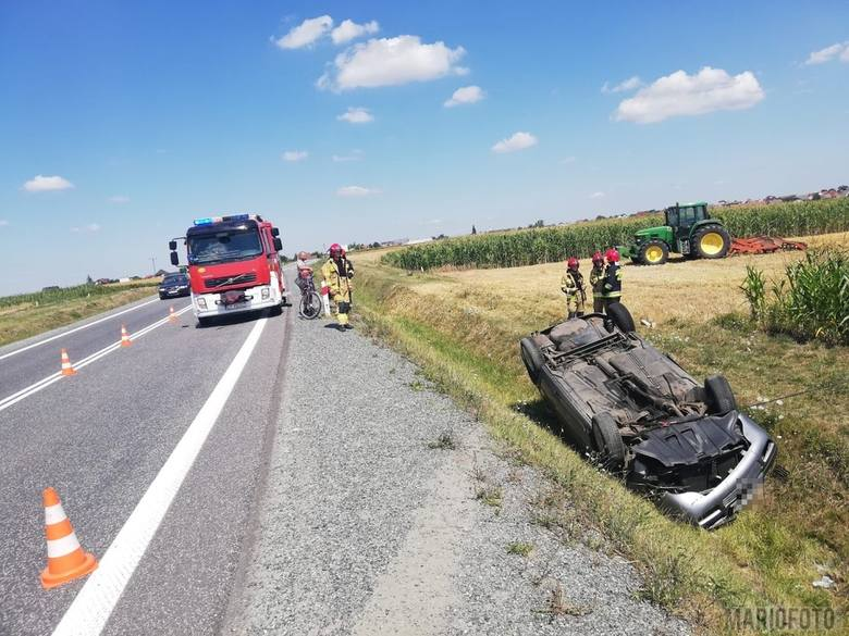 Kierowca audi chciał uniknąć zderzenie ze zwierzyną przebiegającą przez drogę. Wykonał gwałtowny manewr, wskutek którego dachował do rowu.Do zdarzenia