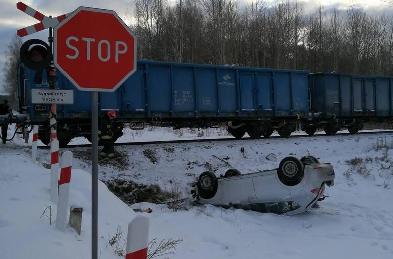 Dzisiaj rano doszło do groźnego wypadku na przejeździe kolejowym w miejscowości Lesznia, w powiecie białostockim.Zdjęcia pochodzą ze strony https://www.facebook.com/OSP.Suraz/OSP